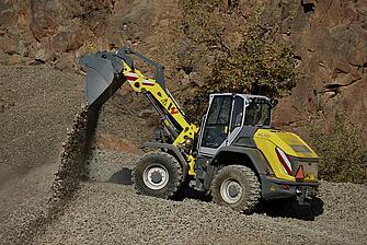 Благодаря большой вместимости ковша и большому рабочему весу он идеально подходит для работы с тяжелыми материалами.